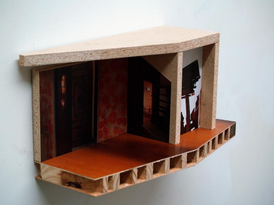 """Untitled II de la serie Intro the Caribbean Modern, 2011, puerta semi-sólida, mdf, impresión fotográfica adherida, 8 ¾"""" x 13"""" x 6 ½"""" Colección José Hernández Castrodad"""